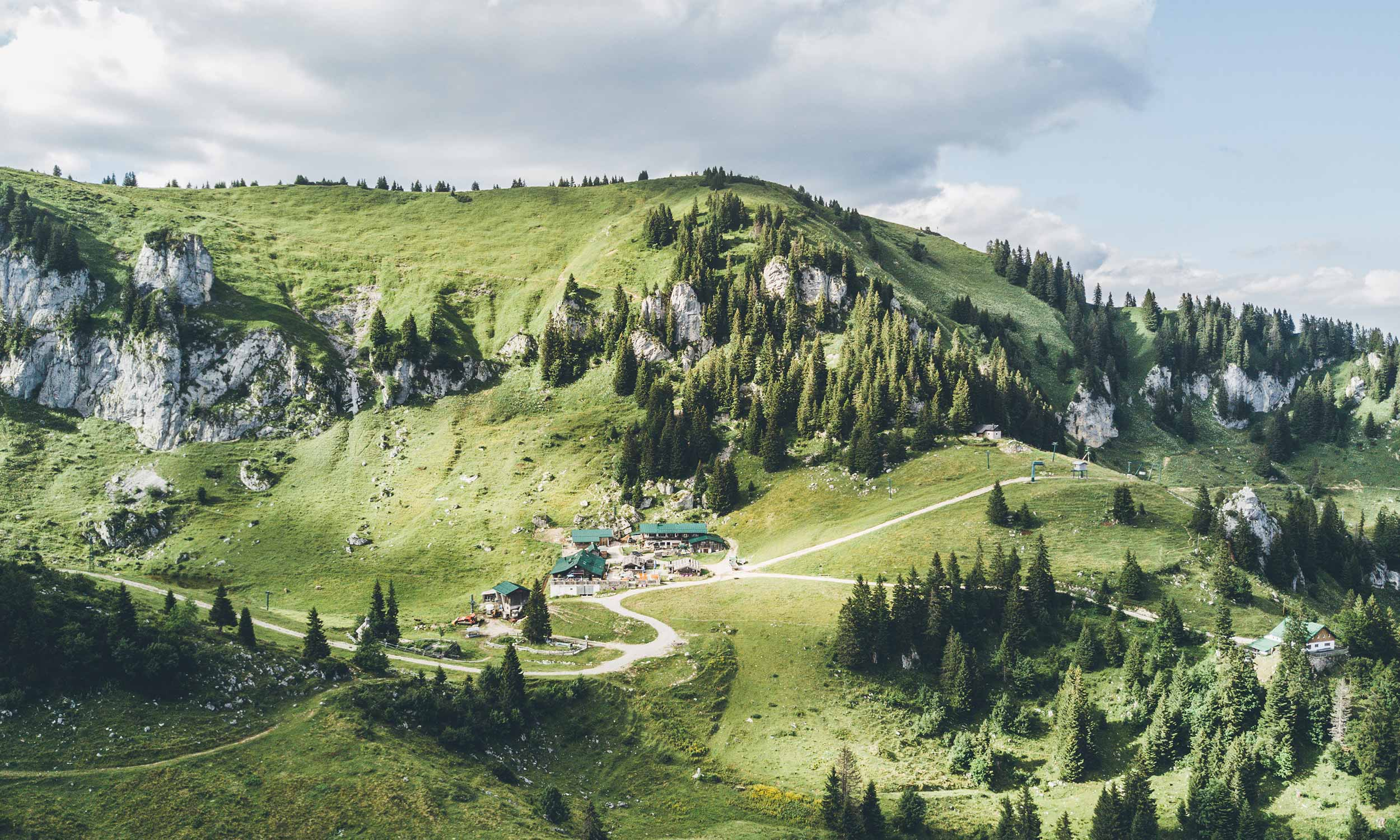 Luftaufnahme mit Berghütte Kaeserei und Felsen