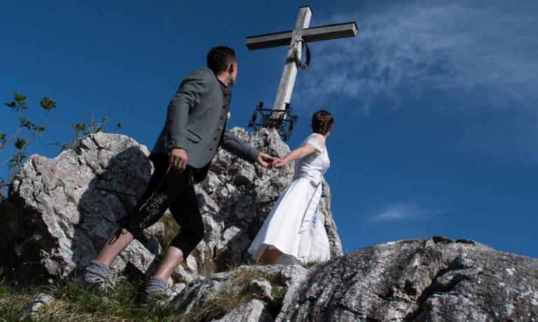 Brautpaar auf dem Weg zum Gipfelkreuz
