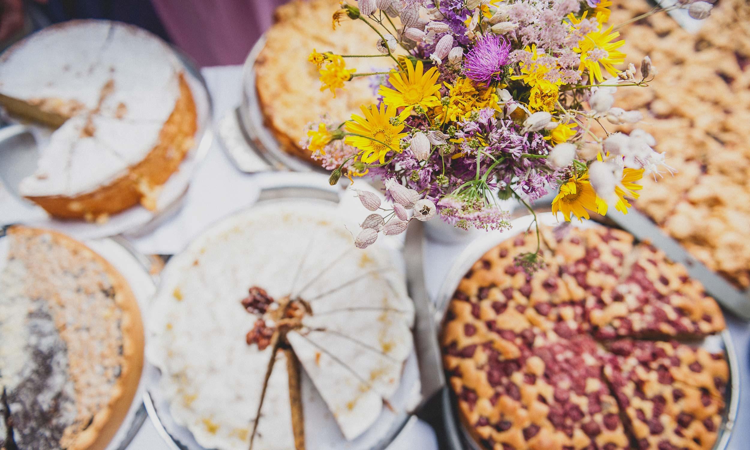 Kuchenempfang als Buffet mit Blumen