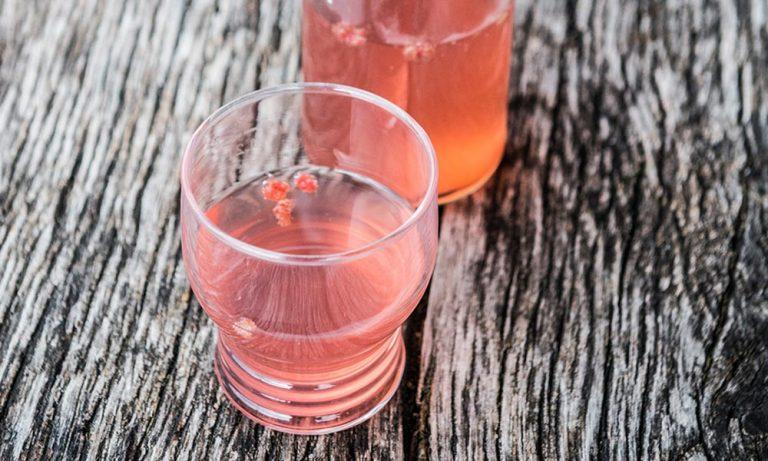 Himbeer-Ingwer Limonade mit Glas auf Holztisch