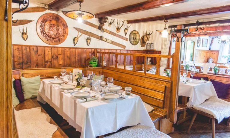 Gedeckte Tische in der Gaststube zur Feier
