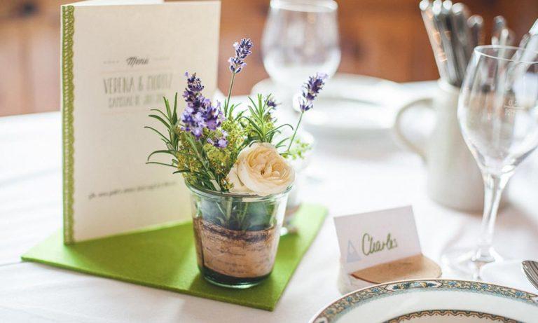 Tischdekoration mit Teller und Glas für Hochzeit