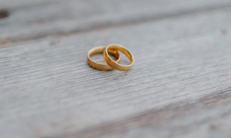 Hochzeitsringe auf Holzhintergrund