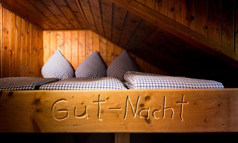Stockbett oben mit Gut-Nacht Aufschrift