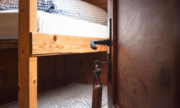 Stockbett bei offener Tür mit Zimmerschlussel