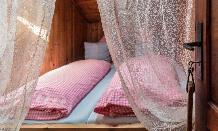 Zweibettzimmer bezogen mit Bettwäsche