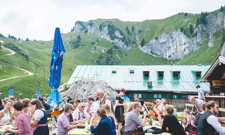 Gäste auf Bierbaenken auf Terrasse zur Feier