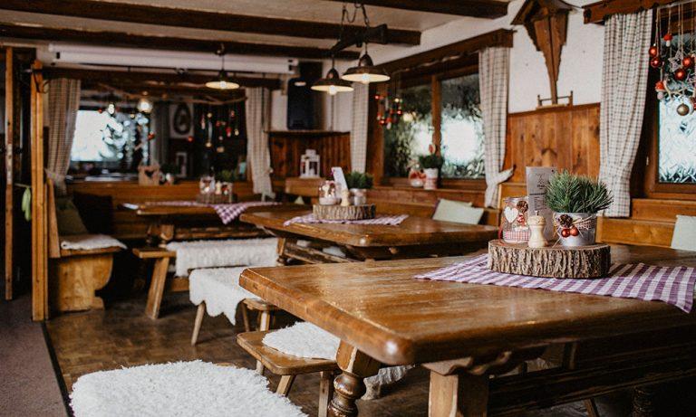 Tische mit Dekoration in der kleinen Gaststube