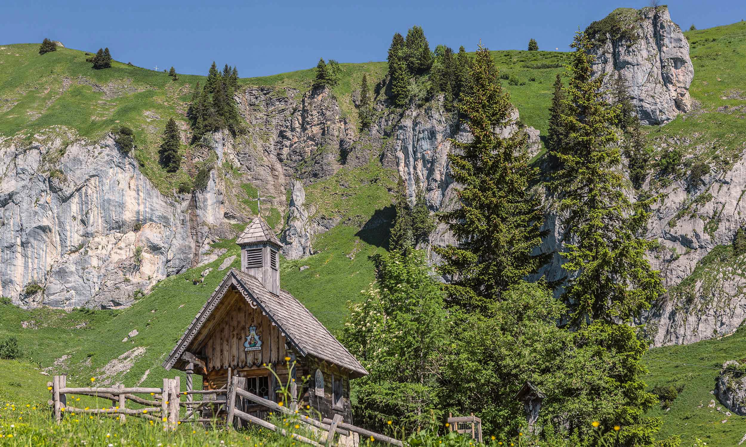 Kapelle unter den Felswänden im Sommer