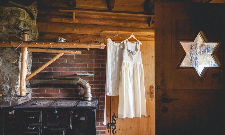 Hochzeitskleid aufbewahrt in der Hütte der Käserei