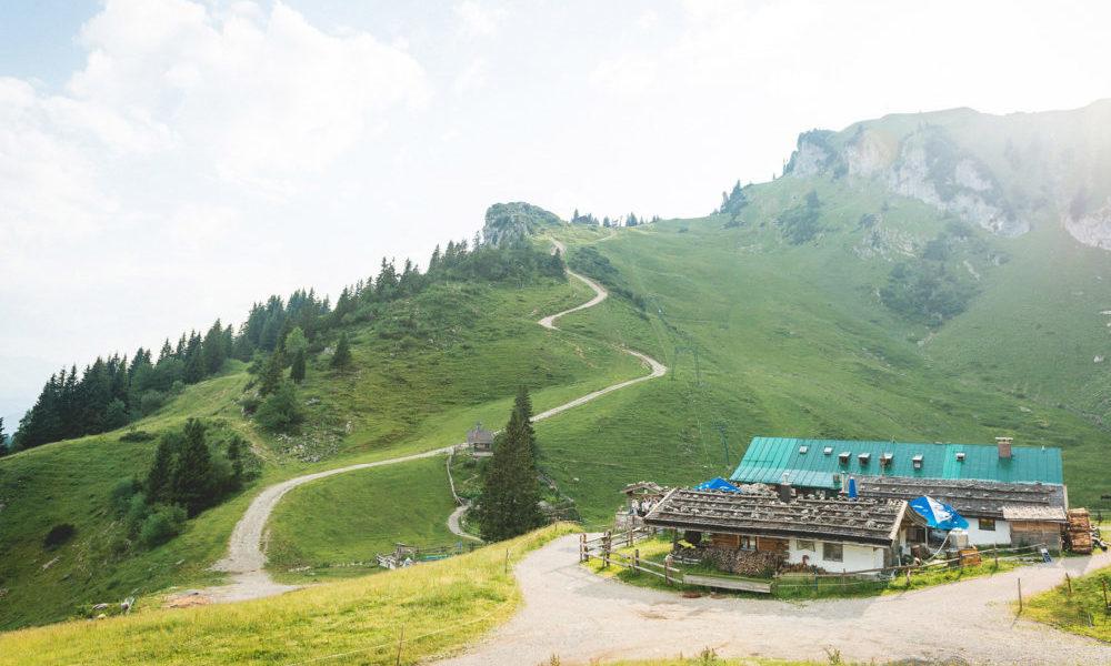 Stiealm und Käserei inmitten der Bergfelsen mit Blick auf Kapelle