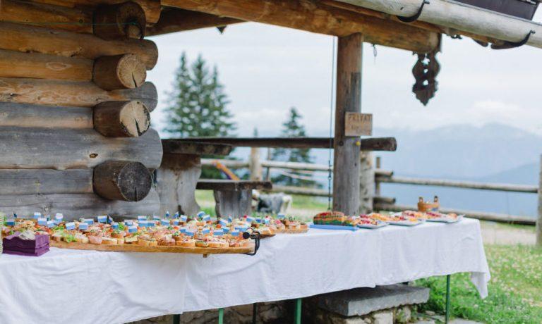 Canapes als Buffet aufgebaut vor der Käserei