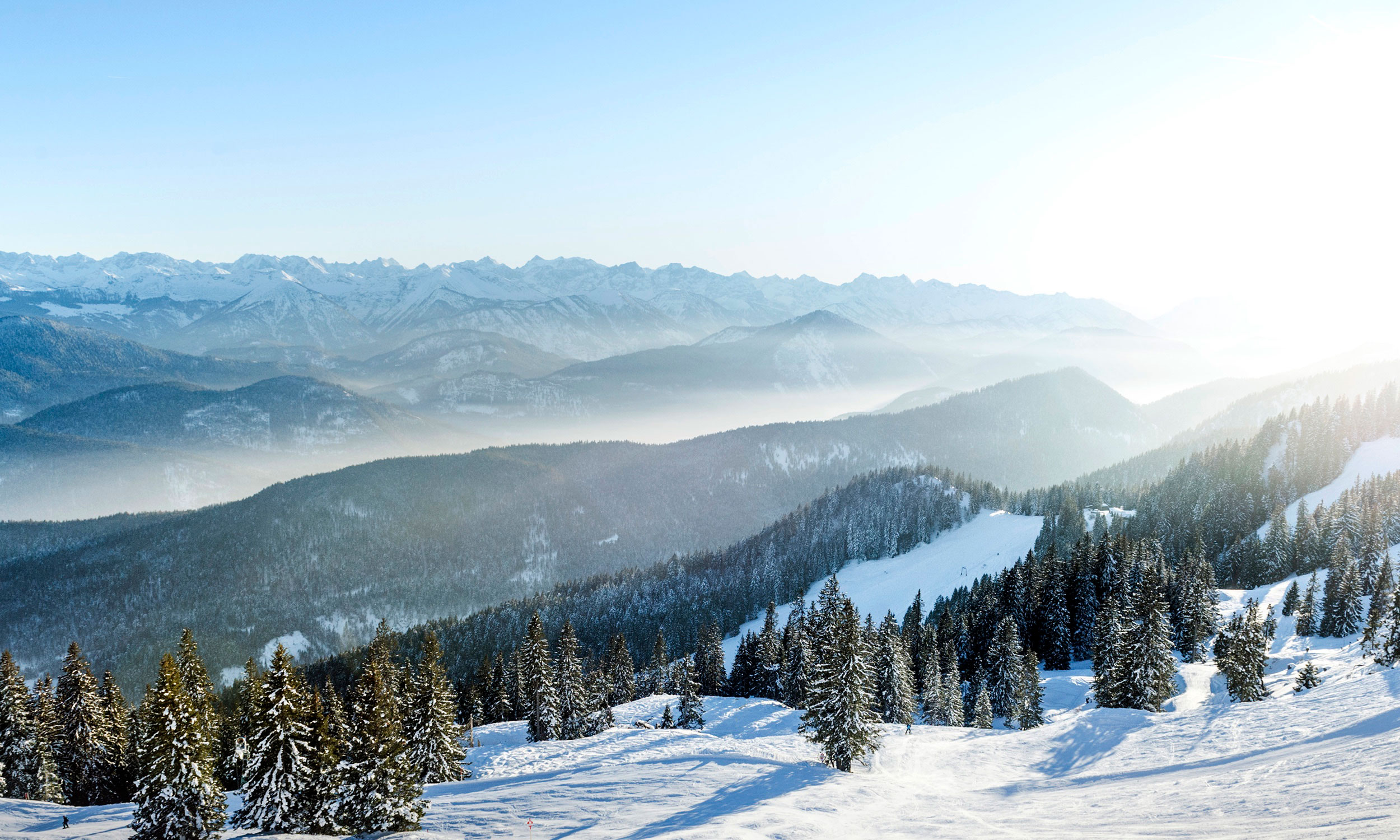 Skipisten und Bergpanorama im Winter