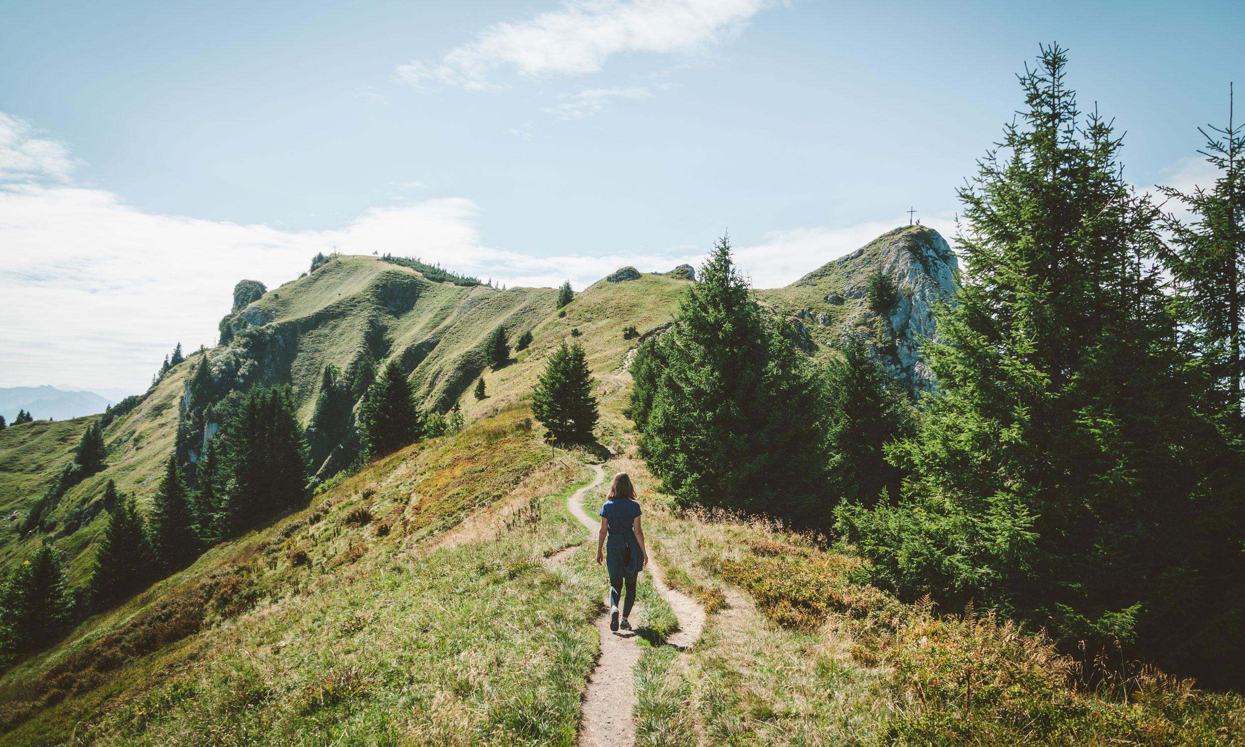 Eine Wanderin auf dem Weg zum Gipfel