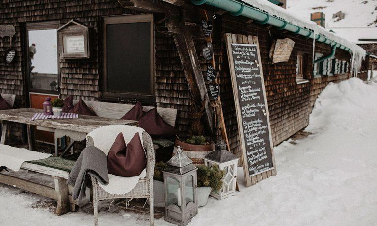 Skihuette von aussen mit Blick auf Terrasse