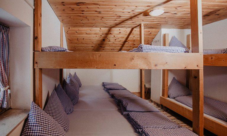 Betten im Lager der Stiealm mit Bettwäsche