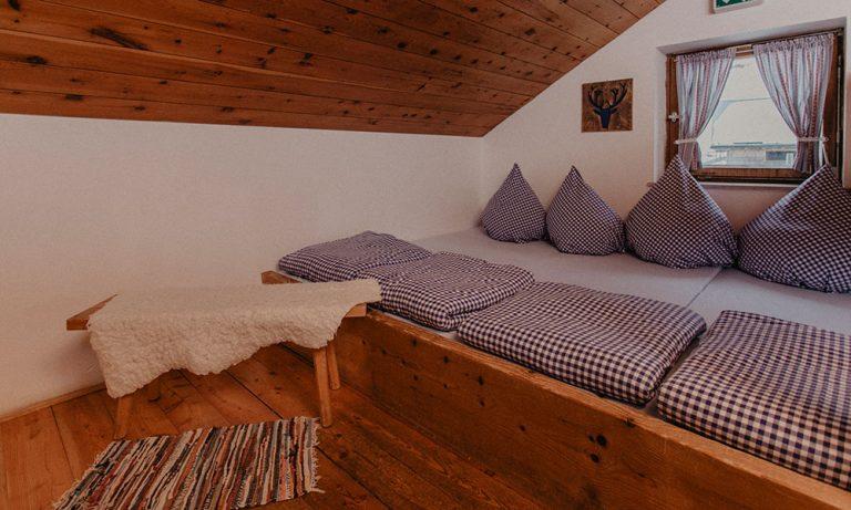 Betten im Lager mit Bettwäsche und Fenster